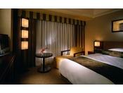 シングルルーム「Bタイプ」/セミダブルサイズのベッドがうれしい、快適なご宿泊に必要な基本機能を持ち合わせたシングルルーム。蓬(よもぎ)色や萌黄色など京の伝統を意識した色彩に、ダークな色彩の木や金箔を施したアートワークでスタイリッシュな印象です。