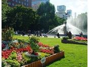 大通公園の夏は家族連れやカップルの方々など多くの方で賑わいを見せます。