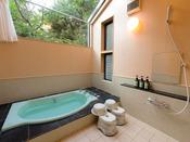 リビング・浴室がガラス張りの開放的なコテージです。和洋室タイプのベットはシモンズ製です。ツインタイプはレストランまで徒歩約1~2分。
