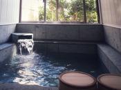 コテージ大島タイプの内風呂温泉。大きな湯船はご家族で一緒にご利用ください。お部屋は和洋室6名定員・禁煙タイプです。