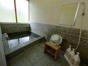 和モダン・和室10畳タイプ内風呂温泉一例。内風呂はお一人様用です。お部屋は禁煙、和室10畳タイプはキッチン付です。和モダンタイプのローベットはシモンズ製。