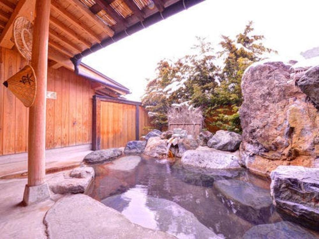 *岩の湯/自然の風景をバックに入る岩の露天風呂が爽快。御影石の内湯とともにお愉しみ下さい。