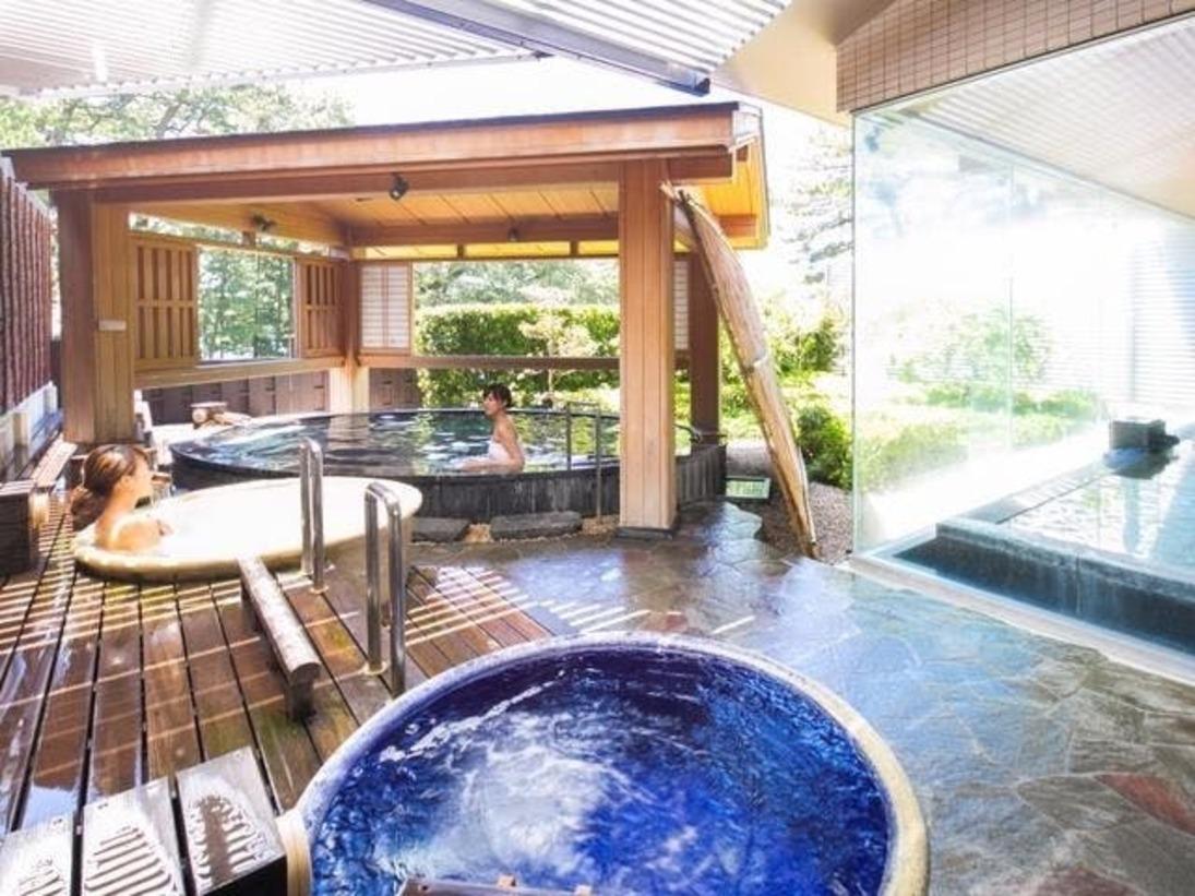 3階にある温泉大浴場には、庭園露天風呂や壷湯に内湯があります。 また、脱衣室から浴室内までは段差がなく、ご高齢の方やお身体のご不自由な方にも優しい造りです。
