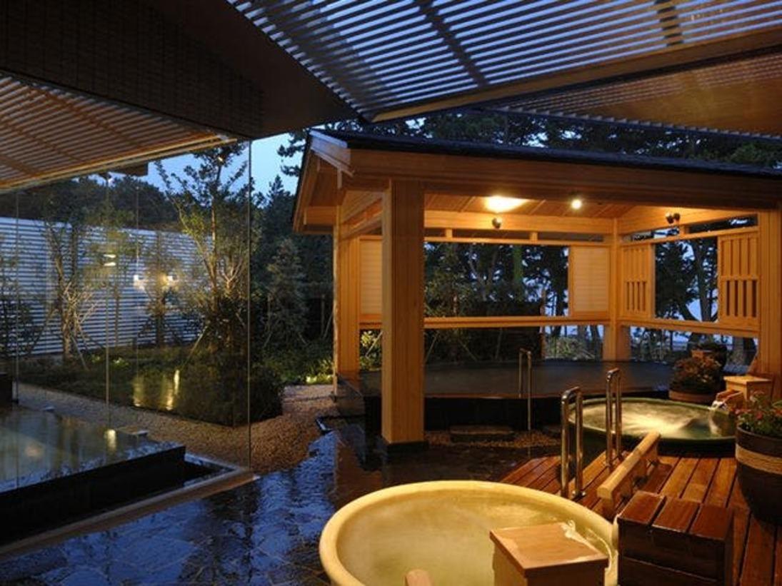 本館3階にある温泉大浴場には、庭園露天風呂や壷湯に内湯があり、充実した設備で温泉の楽しみも膨らみます。