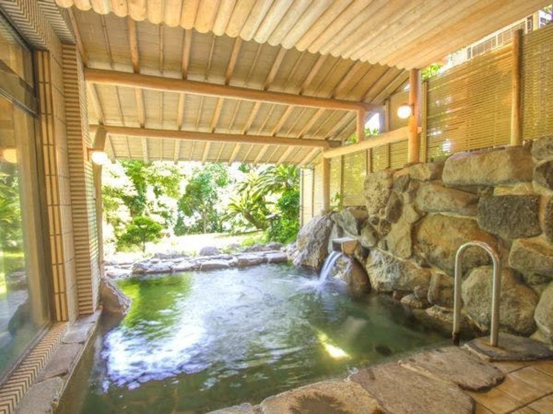 【大浴場・露天風呂】「ひのきの湯」(露天風呂)庭園をご覧頂きながらのんびりお寛ぎ下さいませ。