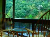 【丹頂の湯】湯上りは峡谷を眺めながらリラックスタイム。