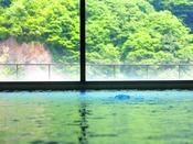 【丹頂の湯】大きな窓の湯けむりの向こうに大自然の眺望がお楽しみいただけます。