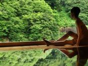【華の湯】樹齢四百年総檜の露天風呂。まるで一枚の絵画のような風景です。