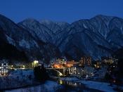 【冬の宇奈月温泉】銀世界の山並みが美しい宇奈月温泉。