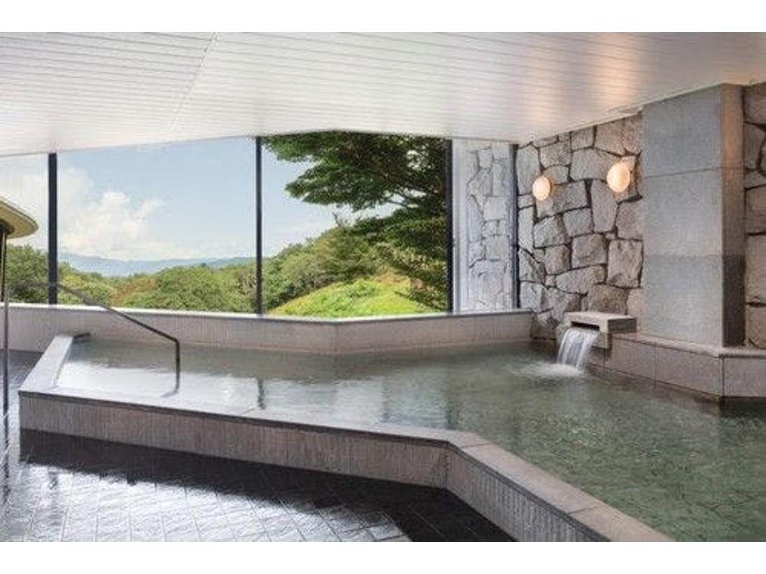 温泉大浴場。1200年以上の歴史を誇る修善寺温泉。アルカリ性のやわらかな泉質は低刺激で、どなたでも安心してご入浴いただけます。目の前に広がる自然を愛でながら、ゆっくりと湯浴みをご堪能ください。