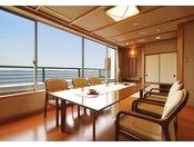 和室12.5畳+ダイニング+露天風呂三河湾の美しい景色を眺めながら、デッキで露天風呂を満喫できる和洋室タイプの広々とした客室。露天風呂で旅の疲れを癒し、落ち着いた雰囲気の部屋内では寛ぎのひとときをお過ごし下さい。