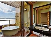 三河湾の美しい景色を眺めながら、プライベートな露天風呂入浴を満喫できる和室タイプのお部屋。露天風呂で旅の疲れを癒し、和の趣が漂う落ち着いた雰囲気の部屋内では寛ぎのひとときを。
