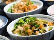 【信州かってめし】地元食材を使用した総菜をお好きにトッピングしていただけます。