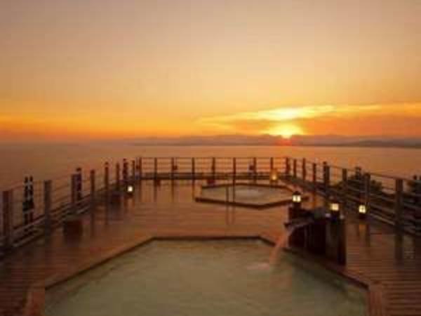 屋上露天風呂から眺める浜名湖の夕景