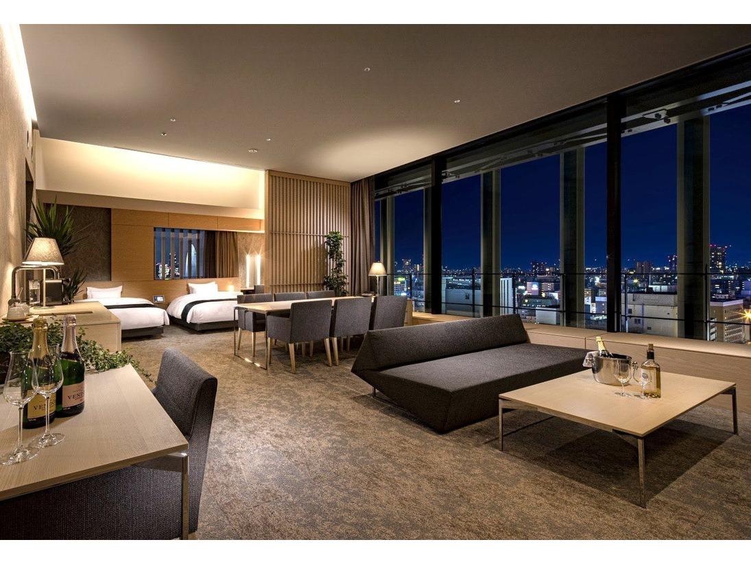 【スイートルーム】広さ:78.6平米 ベッドサイズ:140×195 各階の角部屋に位置し、広々としたゆとりの空間と窓からの景色は解放感を存分にご堪能いただけるお部屋です。