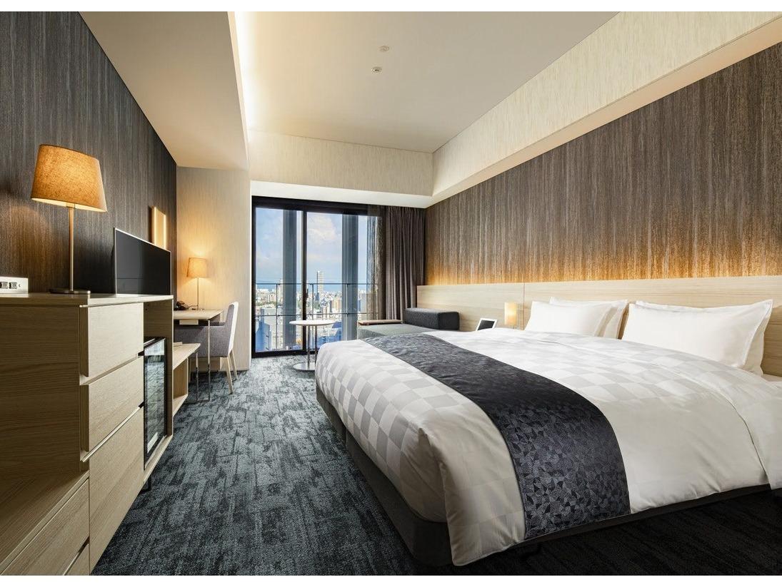 【プレミアムダブルルーム】広さ:25平米 ベッドサイズ:180×195 18階(喫煙フロア)・19階(禁煙フロア)に位置しており、高層階のお部屋でご宿泊いただけます。特別なアメニティ類や専用カウンターをご用意しております。