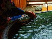 【露天風呂付客室 陶】土のぬくもりのある陶のお風呂は、お湯が冷めにくく体の芯まで暖まります。