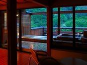 【露天風呂付客室 檜】雄大な黒部の山々と天然温泉の露天風呂の至福のひととき。
