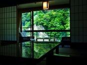 【対峰閣】木々の間を通り、お部屋に運ばれる季節の香りと心地よい黒部川の瀬音。