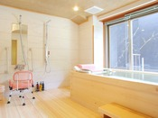 【リビングタイプ】バリアフリー対応の樹齢400年の木曽檜で宮大工が組み上げた半露天風呂です。