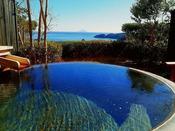 【露天風呂付き客室[陶器]】庭園の先には雄大な大海原が広がり、お湯は源泉掛け流しの湯殿
