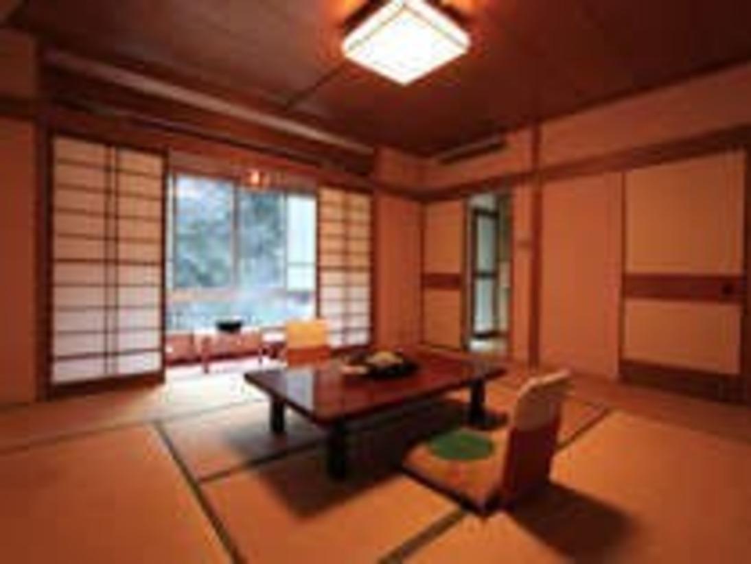 2階3階 眺望和室 温泉風呂付10畳の和室とソファーセットでゆっくりとしたお時間をお過ごし下さい。