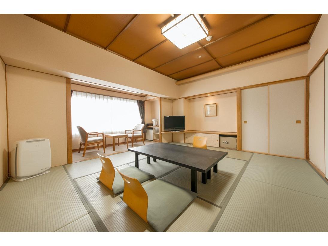 ゆったりとくつろげる客室。自然のうるおいにつつまれた空間で、笑顔が集う憩いのひとときをお過ごしください。