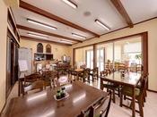 *レストラン/ドッグランを眺めながらお食事ができるレストラン。ランチはカフェにさまがわり。