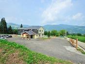 *当館全景/<新潟県下最大級>広さ3000坪のドッグランをもつペットと泊まれる宿です。