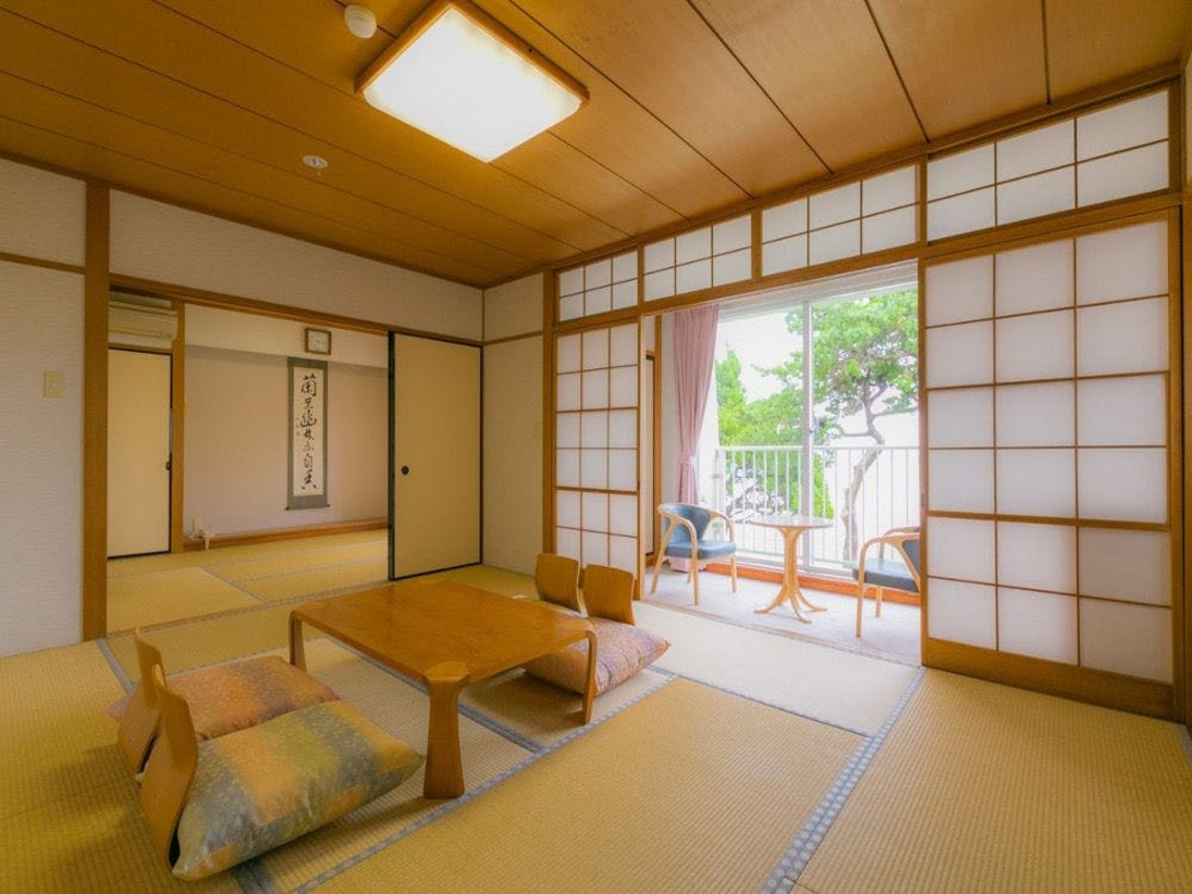 海を望むオーシャンビューの和室二間続き、客室には温泉のお風呂もあり、プライベートの温泉入浴がお楽しみいただけます。二間続きの広いお部屋のためファミリーにおすすめの客室です。こちらの客室までは階段をご利用いただきます。