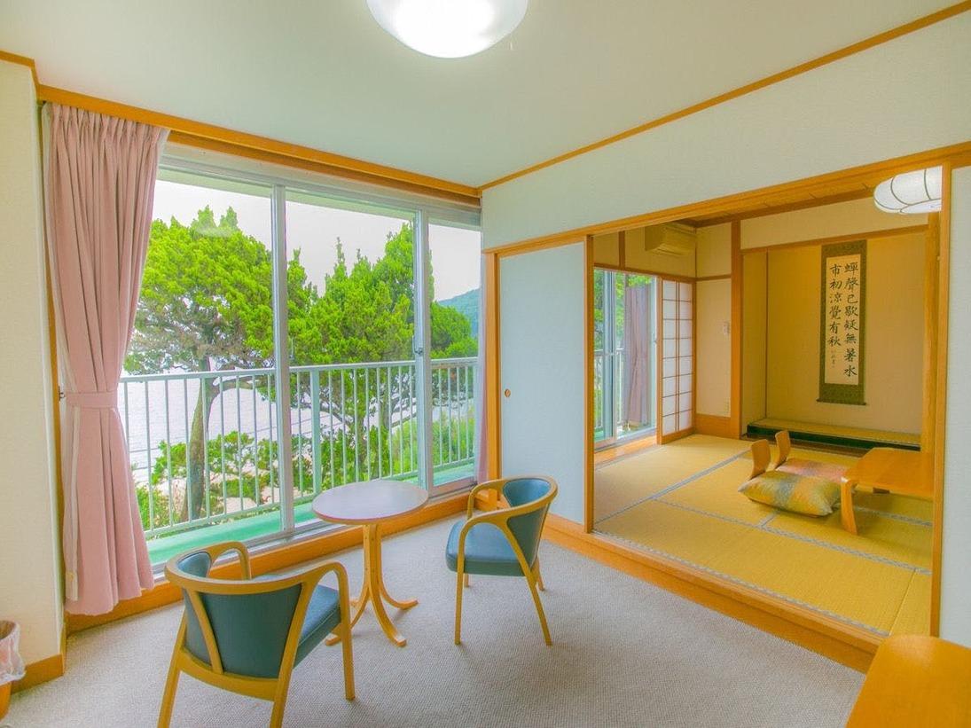 お部屋からは海が一望できるオーシャンビューの広々としたくつろぎのトイレ・洗面付きのゆったりとしたお部屋。はるか遠くには、伊豆七島が望めることがございます。