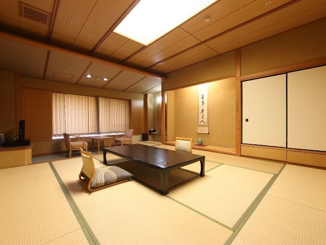 【和室12.5畳(階・眺望指定なし)】スタンダードな和室。広さは12.5畳と広く、少人数でのご利用の場合は広々と、ご家族やグループでのご利用でも十分に寛げる広さ。