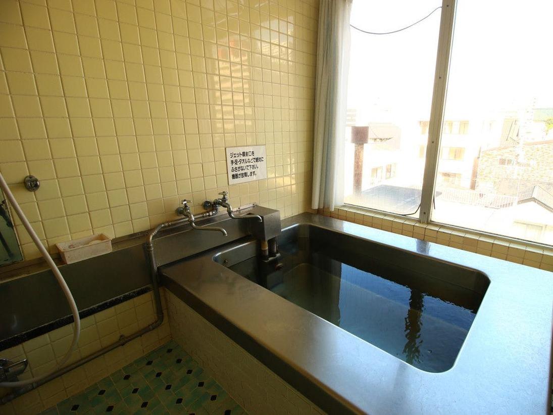 【女湯】こじんまりとした湯船ですが、福島の景色が一望できます!
