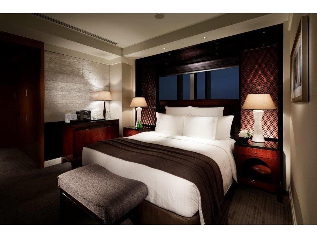 「ミレニア スイート」はザ・リッツ・カールトン東京の各フロアに1部屋しかない限定スイートルームです。この角部屋スイートの特長は、バスルームからの眺望が人気のビューバスと、リビングの窓の外に広がる180度のパノラマ景色です。
