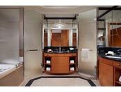 バスルームは、大理石を使用した優雅な空間で、ゆったりとお寛ぎいただけるバスタブ、独立したレインシャワー付のシャワーブース、2つのシンク、洗浄機能付きトイレなどをご用意しております。