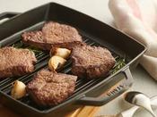 【朝食】ステーキ/こってり系の見た目ですが、実はあっさりとした赤身肉を使用していますので、油分控えめです。 ※イメージ