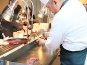 【朝食】シェフが焼き上げるステーキは油分控えめで、実はアッサリ! ※イメージ