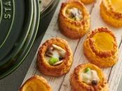 【朝食】ヴォローバン/サクサクのパイ生地の中にチキンとキノコのクリーム煮をお好みの量までたっぷり流し込んでお召し上がりください。 ※イメージ