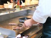 【朝食】オープンキッチンの鉄板で焼き上げる熱々のステーキ。 ※イメージ