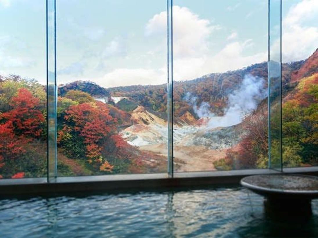 秋の装いの地獄谷。季節の移ろいを感じながら、美しい紅葉をご堪能ください。【男性浴場/食塩泉】