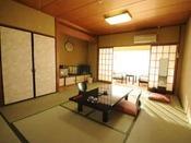 【10畳+広縁の和室】清潔感のある純和室からは海と伊豆半島が一望できます。