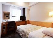 2名様でもご利用いただけるセミダブルベッドを配置したサンライフホテルのスタンダードルームです。
