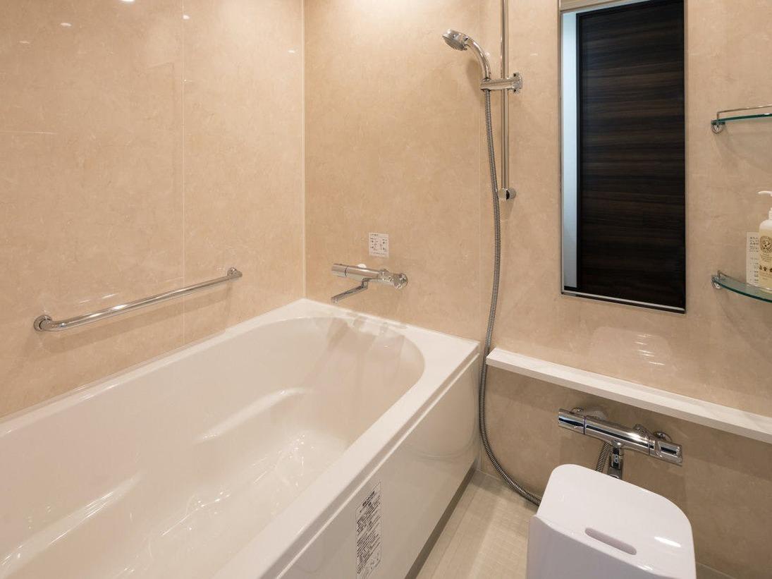 全室洗い場付の浴室です。浴槽と洗い場が別なので、お子様連れにも便利にご利用いただけます。