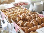 朝食の焼き立てパン(イメージ)