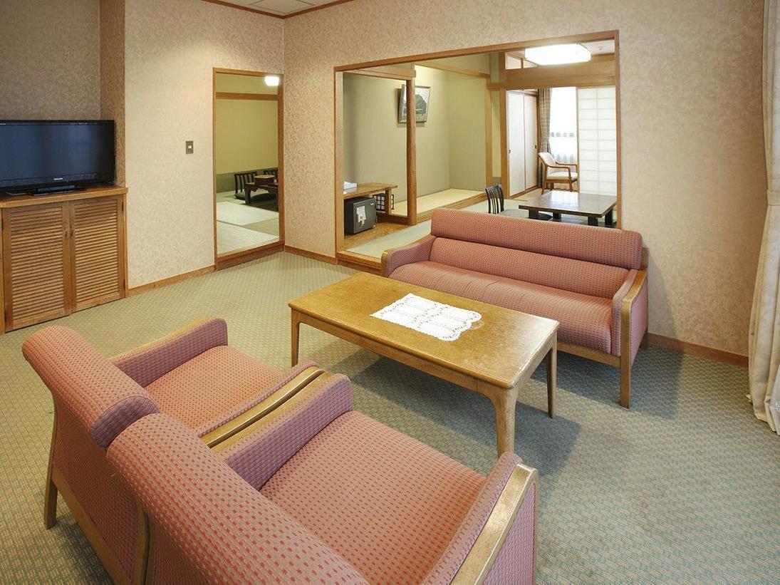 家族や友人と一緒にお泊りになるのにふさわしい、広いお部屋です。入り口から入るとリビングスペースがあり、和室が2部屋あります。禁煙室となります。