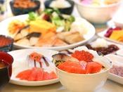 さかな屋の朝食(和食)。バイキングのお刺身でオリジナル海鮮丼が作れます。