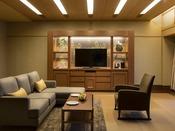 【モダンジャパニーズスイート禁煙】タタミの客室ながら、ソファーやベッドなど洋の機能的な要素を取り入れた和モダンテイスト。