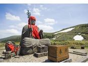 蔵王地蔵尊/高さ2.34m、肩幅1.2m、膝幅1.8m、台座の高さ0.34mの坐像で、安山岩でできたお地蔵さま。
