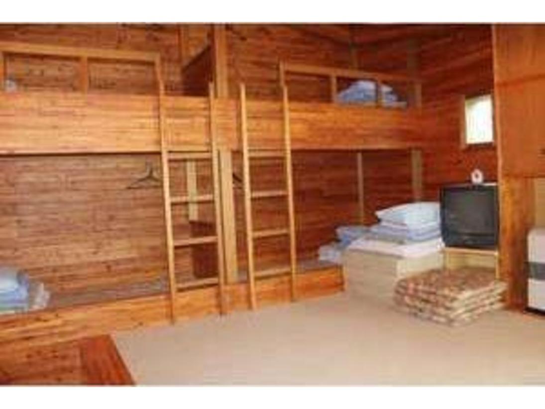 ケビンは2段ベットが2台とお布団を1枚敷いて5名で泊まれます。