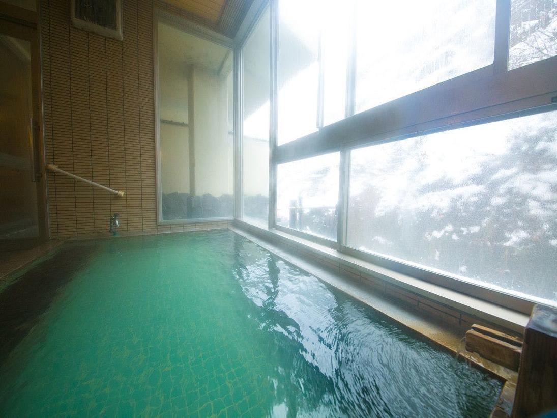 【朝の大浴場】柔らかな朝日が降り注ぐ中、ゆったりとお湯に浸かる。思わず声が漏れてしまいます。
